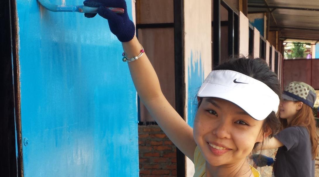 Voluntaria pintando una escuela durante su Voluntariado de Construcción en Nepal.